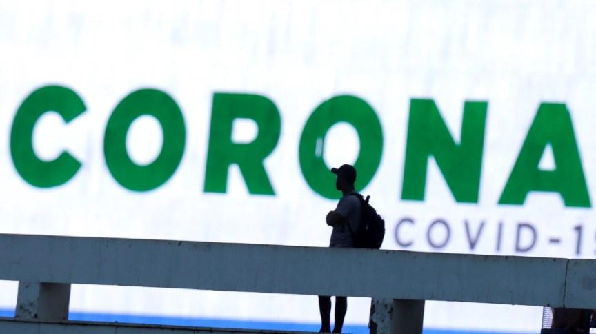 Painel em Brasília alerta para o novo coronavírus