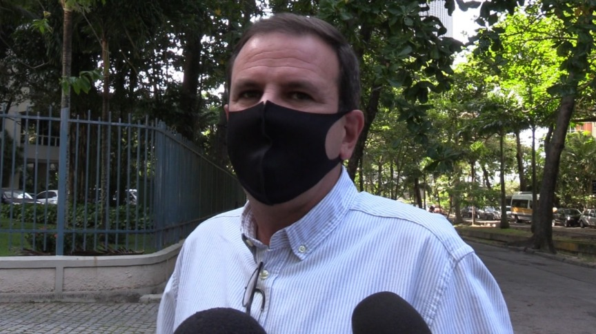Eduardo Paes, prefeito eleito do Rio de Janeiro, fala à imprensa em frente a sua casa