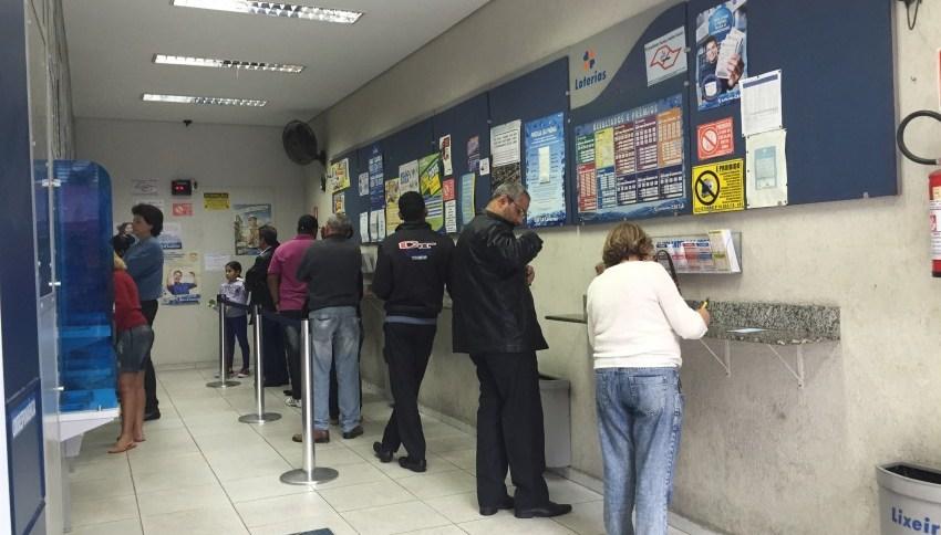 Fila em casa lotérica (07.JUL.2015); governo afirmou quer irá recorrer da decisão da justiça Federal do Rio de Janeiro