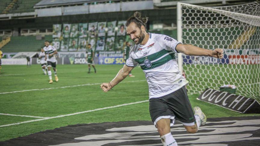 Jogador do Coritiba comemora gol