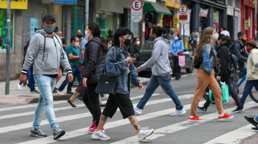 Pessoas caminham de máscara em Curitiba em meio à pandemia de Covid-19: máscaras podem ficar mais caras, segundo associação química
