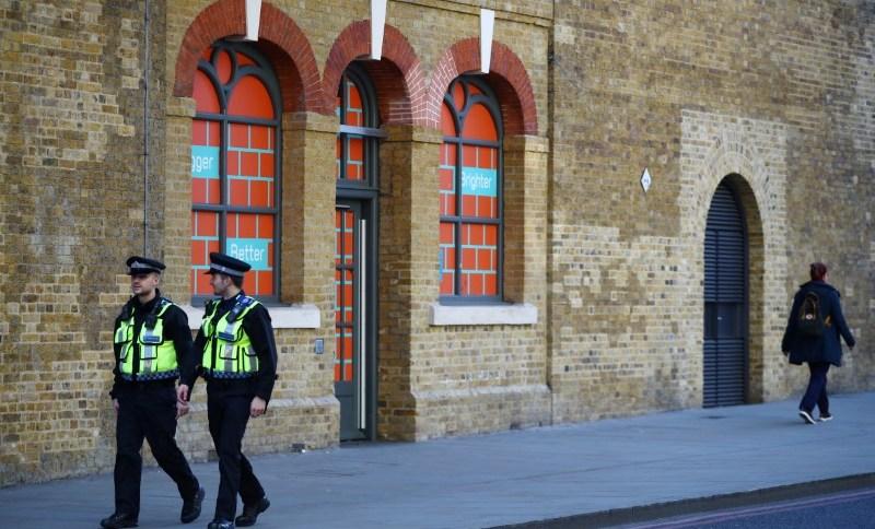Policiais patrulham rua em Londres em meio à pandemia do coronavírus (24.MAR.2020)