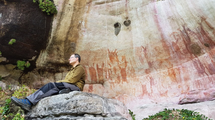 José Iriarte, professor de Arqueologia em Exeter, em uma parede com arte rupestre na floresta amazônica