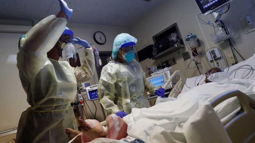Médico Ashley Ferrel e fisioterapeuta Karen Miller cuidam de paciente da Covid-19 em UTI de hospital em Chicago, nos EUA