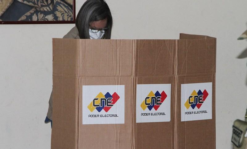 Mulher testa urna em simulacro da eleição na Venezuela