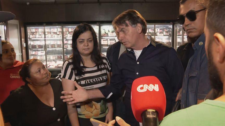 O presidente Jair Bolsonaro visita comércio em Taguatinga, no sul do Distrito Federal, mesmo após orientações de isolamento