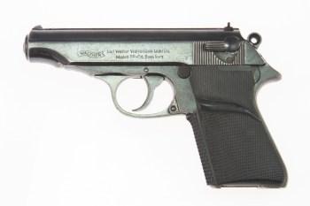 """A pistola Walther PP se tornou uma das imagens mais conhecidas da franquia de filmes ao ser usada por Connery no filme """"007 contra o Satânico Dr. No"""", em 1962"""