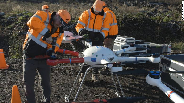 Os drones de 2,5 metros são capazes de carregar até 25 kg de sementes