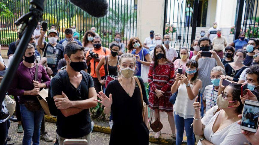 Manifestantes protestam em solidariedade a artistas dissidentes em frente do Ministério da Cultura de Cuba