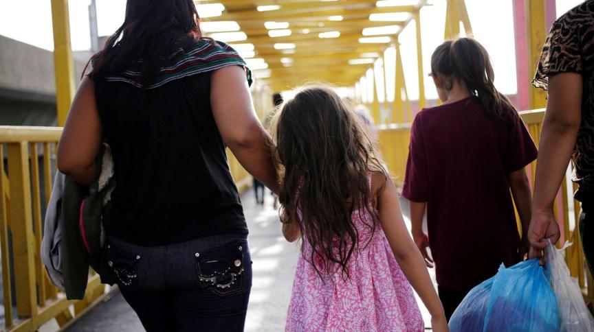 Migrantes da América Central retornando dos EUA para Nuevo Lauredo, no México