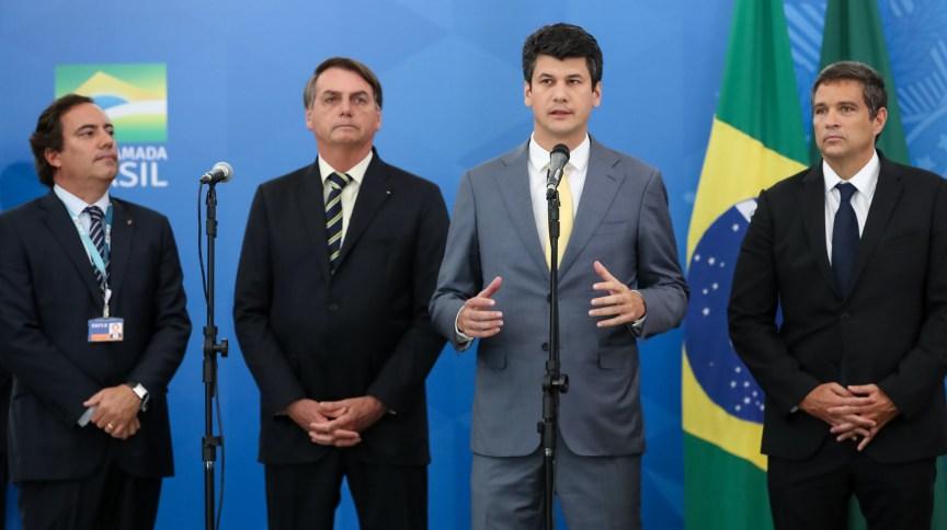 O presidente do BNDES, Gustavo Montezano, ao lado dos presidentes da Caixa, Pedro Guimarães, da República, Jair Bolsonaro e do Banco Central, Roberto Campos Neto