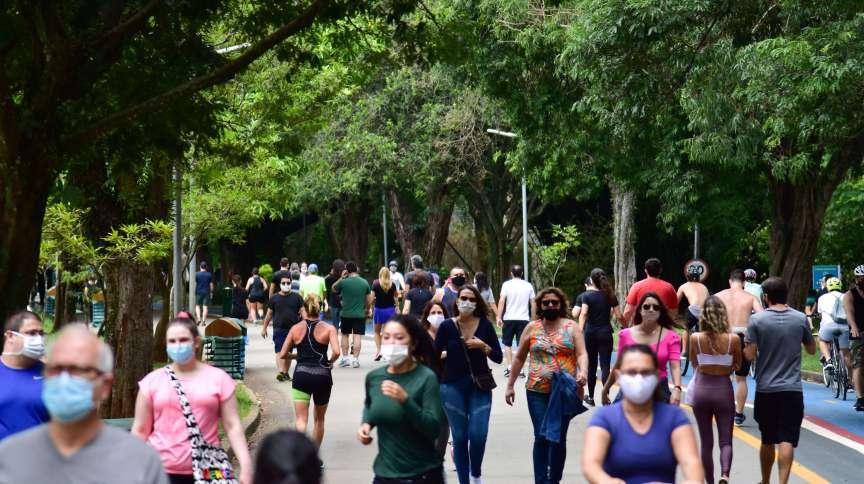 Movimentação no parque Ibirapuera, em São Paulo, em meio à pandemia da Covid-19