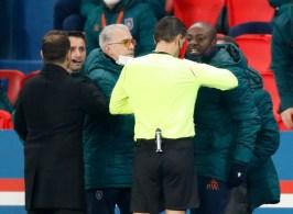 Integrante do time turco acusa uma injúria racial por parte do quarto árbitro; Neymar está entre os atletas que deixaram o campo