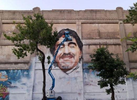 "Em um guindaste, Alfredo Segatori pinta obra ""San Diego del Barrio de La Boca"""