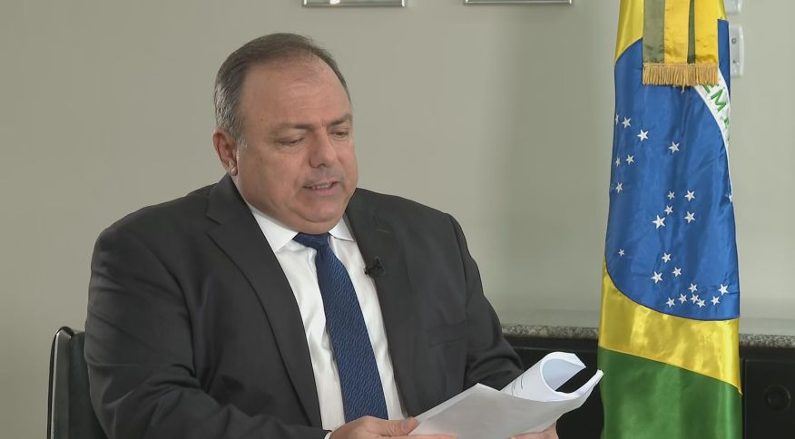 Ministro Eduardo Pazuello com o plano nacional de imunização em mãos
