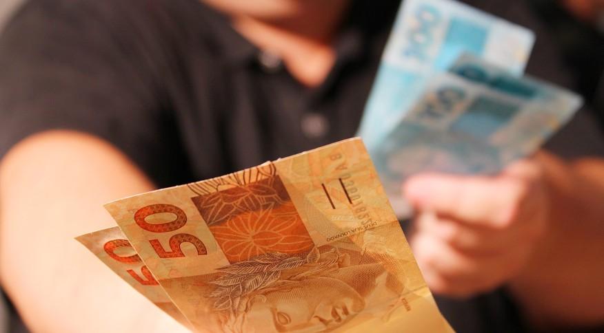 Salário mínimo atual é de R$ 1.045 e serve também de piso para as aposentadorias