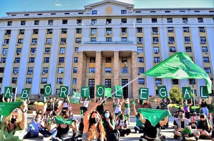 Militantes defendem a aprovação do aborto na Argentina. O verde é a cor-símbolo da campanha pela legislação no país.