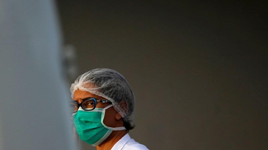 Enfermeira com máscara de proteção em hospital de Brasília