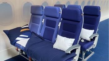 Por US$ 180 (cerca de R$ 915), os passageiros podem ter acesso ao conjunto de poltronas, além de um kit com travesseiro, colchão e coberta