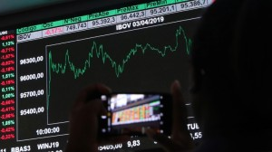 Receio com cenário fiscal faz Ibovespa abrir no vermelho; dólar supera R$ 5,57