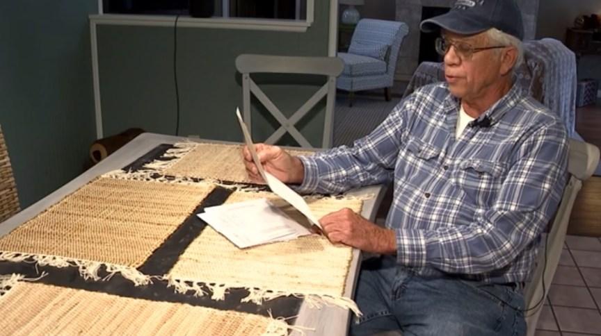 Michael Esmond lê cartão que será entregue às famílias que tiveram as contas pagas por ele
