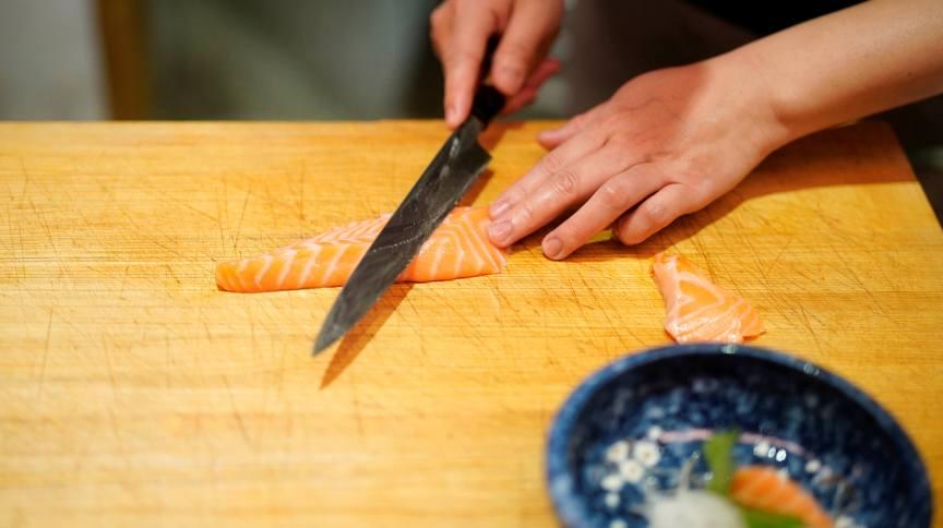 Lai Yun, proprietário de restaurante em Wuhan, prepara salmão quase um ano depois do início da pandemia