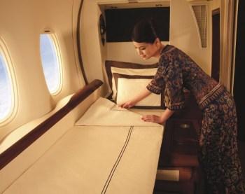 Todo esse luxo cobra seu preço. Um bilhete de primeira classe pode custar quase dez vez mais caro que um assento na classe econômica