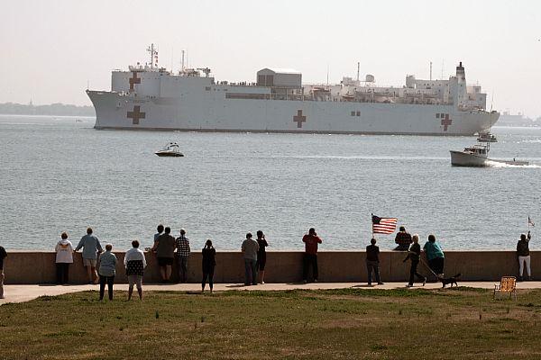 Navio-Hospital USNS Confort chega à costa de Nova York