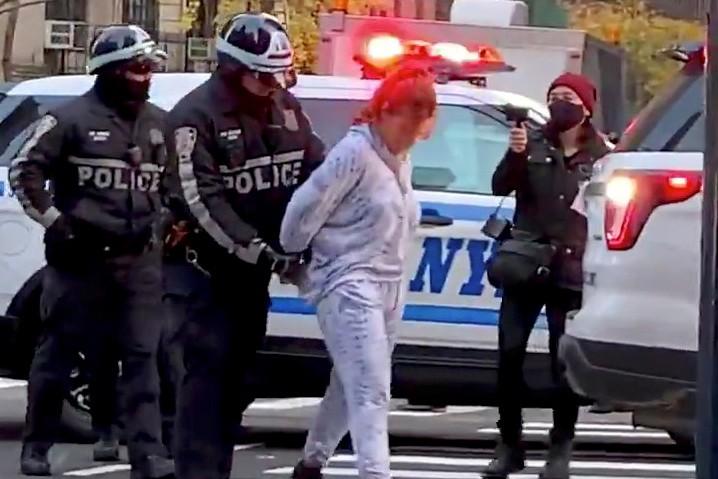 Mulher é levada sob custódia pela polícia após atropelar manifestantes do Black Lives Matter