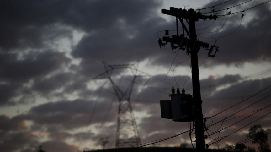 Linha de distribuição de energia em Monteiro Lobato (SP) (07.ago.2015)