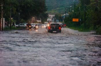 Chuvas prejudicaram sistema de abastecimento e drenagem da capital, causando alagamentos em pontos da cidade