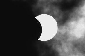 Fenômeno ocorre quando a Lua se posiciona entre o Sol e a Terra e foi visível a partir de cidades do Brasil e de outros países da América do Sul