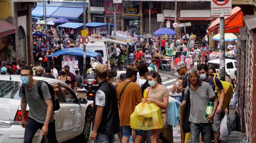 Aglomeração na região da 25 de março, em São Paulo, durante a pandemia da Covid-19