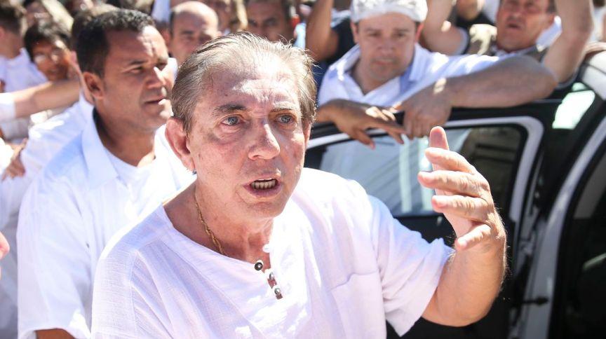 O líder religioso João de Deus sendo encaminhado para a prisão em Goiás (16.dez.2018)