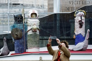 Autoridade convidou visitantes a observarem outros presépios distantes da praça central; releitura com astronautas foi criticada