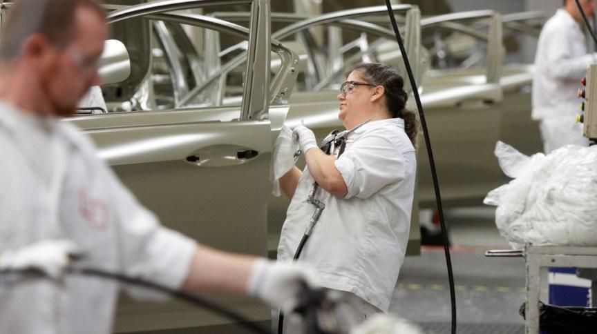 Funcionário na linha de produção de veículos