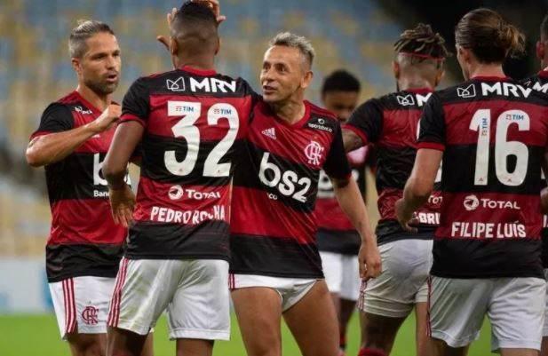 Jogadores do Flamengo comemoram gol em vitória contra o Bangu por 3 a 0, em 18 d