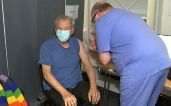 Ator de 81 anos foi vacinado em Londres e está entre os primeiros astros internacionais a receber o imunizante