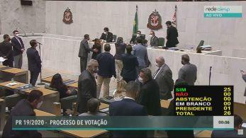 Parlamentar foi flagrado pelas câmeras da Alesp ao abraçar e tocar o seio da deputada Isa Penna (PSOL) durante uma sessão.