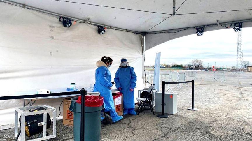 Drive-through de testes para o coronavírus operando no bairro do Queens, em Nova York, Estados Unidos