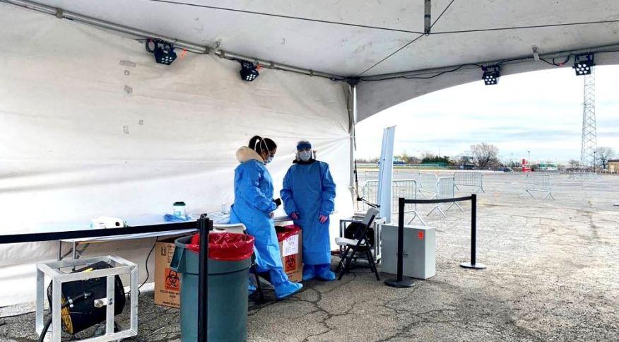 Drive-thru de testes para o coronavírus operando no bairro do Queens, em Nova York, Estados Unidos