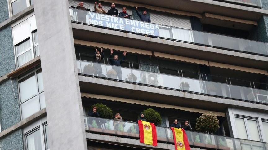 Das sacadas, pessoas aplaudem agentes de saúde em Madri, na Espanha