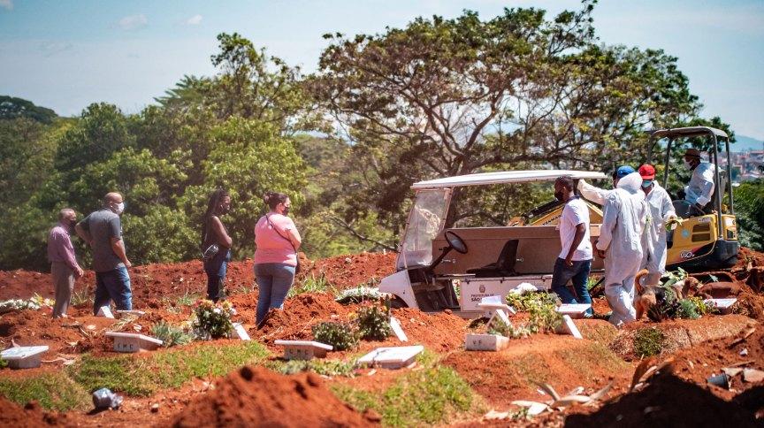 Cemitério de Vila Formosa, na zona leste de São Paulo, continua com número elevado de sepultamentos em meio à pandemia da Covid-19