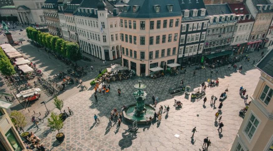 Praça em Copenhage, na Dinamarca: país conseguiu controlar o surto de Covid-19 sem lockdown