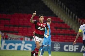 Em Salvador, o Bahia venceu o Corinthians e deixou a zona de rebaixamento para a Série B
