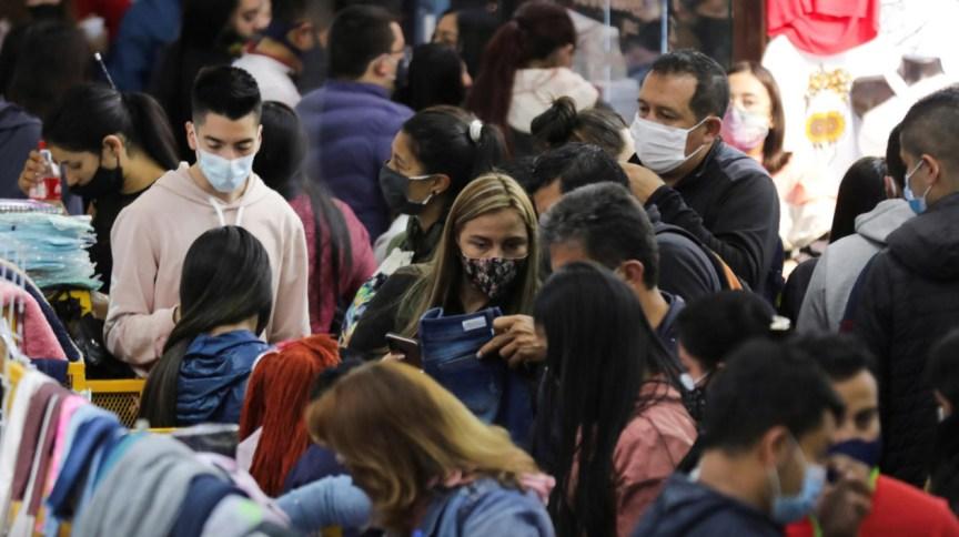 Pessoas fazendo compras de Natal em San Victorino, bairro da capital colombiana, Bogotá, em meio à pandemia da Covid-19