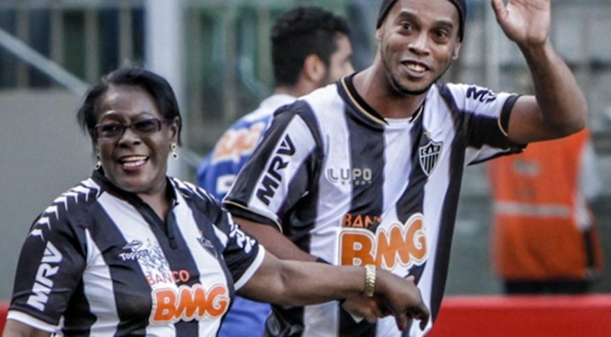 Ronaldinho Gaúcho ao lado da mãe, Miguelina dos Santos, vestidos com a camiseta do Atlético Mineiro