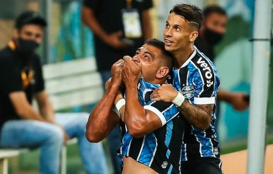 Diego Souza comemora gol do Grêmio contra o São Paulo