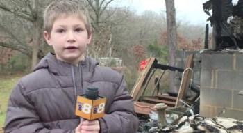 Um menino de 7 anos salvou a vida da irmãzinha pulando no quarto dela por uma janela e resgatando-a de um incêndio que destruiu a casa da família