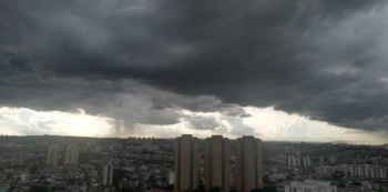 Capital paulista pode registrar temporais, raios, granizo e rajadas de vento; na capital fluminense, pancadas de chuva são aguardadas